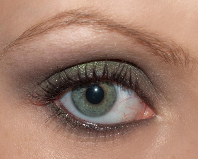 Un smokey eye facile à réaliser, avec un fard noir, un fard vert et, bien sûr, un crayon khôl noir...