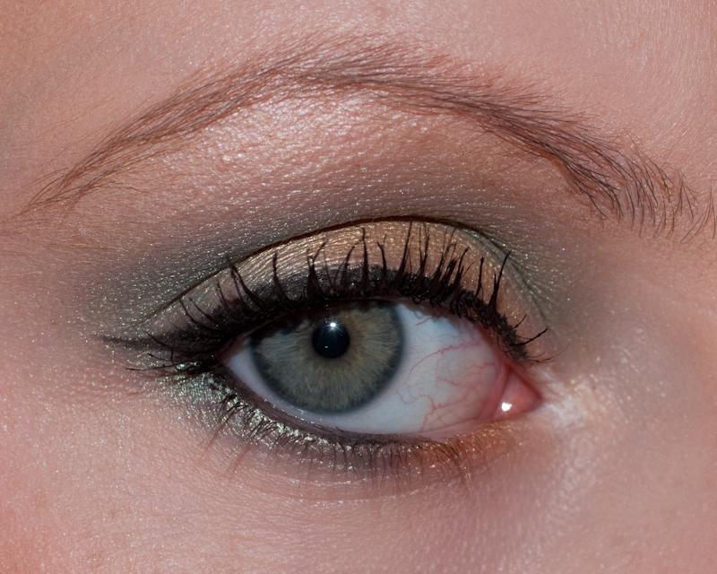 Un look frais et léger créé principalement avec les fards M.A.C Steamy et Goldmine, et réhaussé d'un trait d'eye-liner. Colorful mais léger, si bien qu'on peut le porter au quotidien!