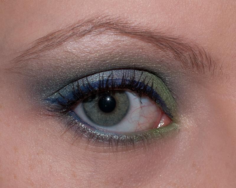 Un maquillage dans les tons bleus et verts, inspiré d'un univers aquatique et réalisé avec des fards M.A.C.